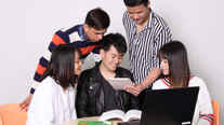 語学を学ぶ生徒の写真